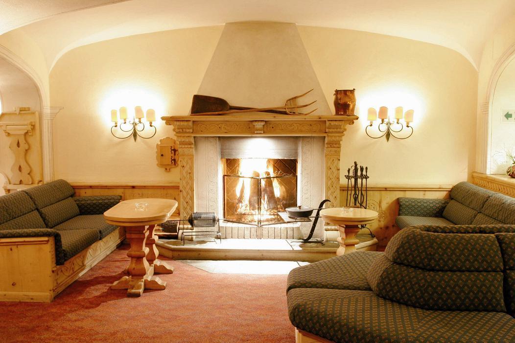 Switzerland_St-Moritz_Hotel-Steffani_Lounge-fireplace.jpg